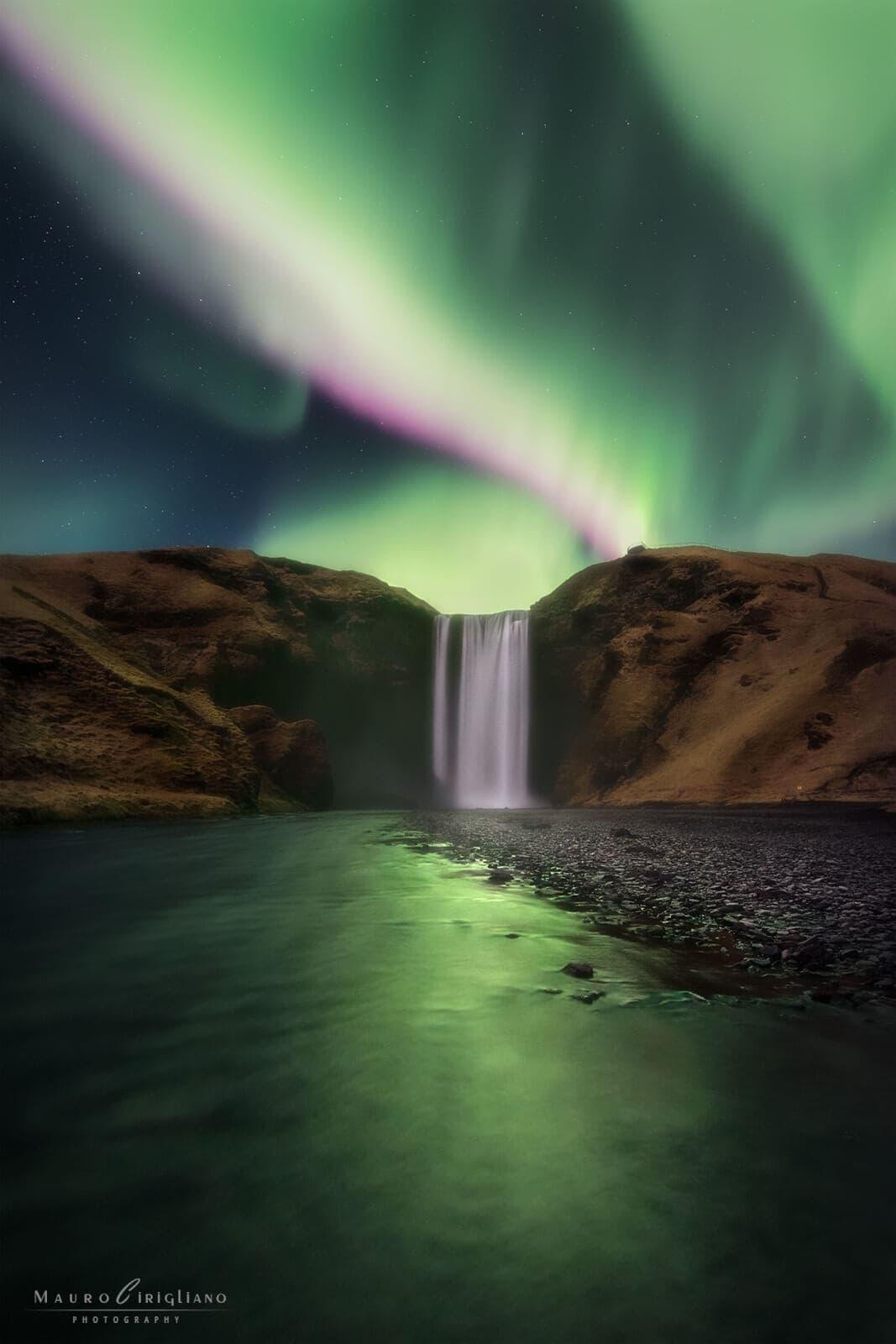cascata islandese con aurora boreale