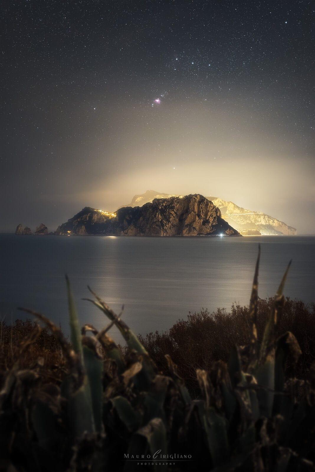 isola di capri con stelle e costellazione orione