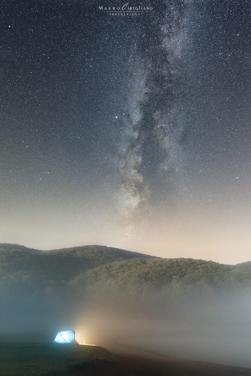 tenda avvolta da nebbia con stelle