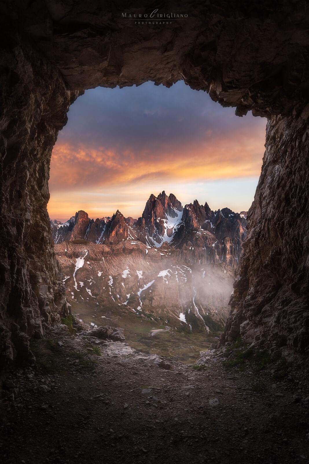 cadini di misurina visti da una grotta al tramonto