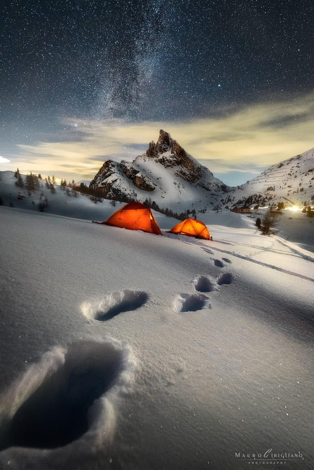 passo falzarego innevato con tende e tracce nella neve
