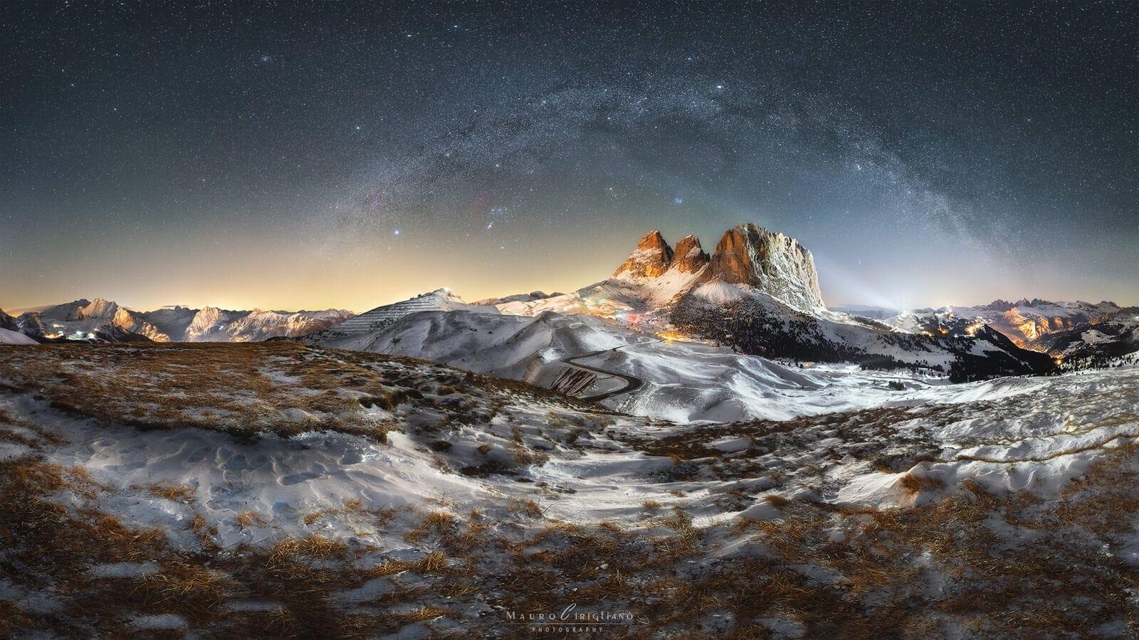 tre pizzi di montagna del passo sella sotto arco via lattea invernale