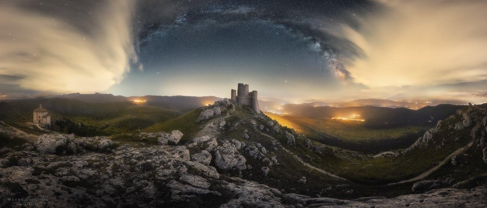castello con arco via lattea e nuvole