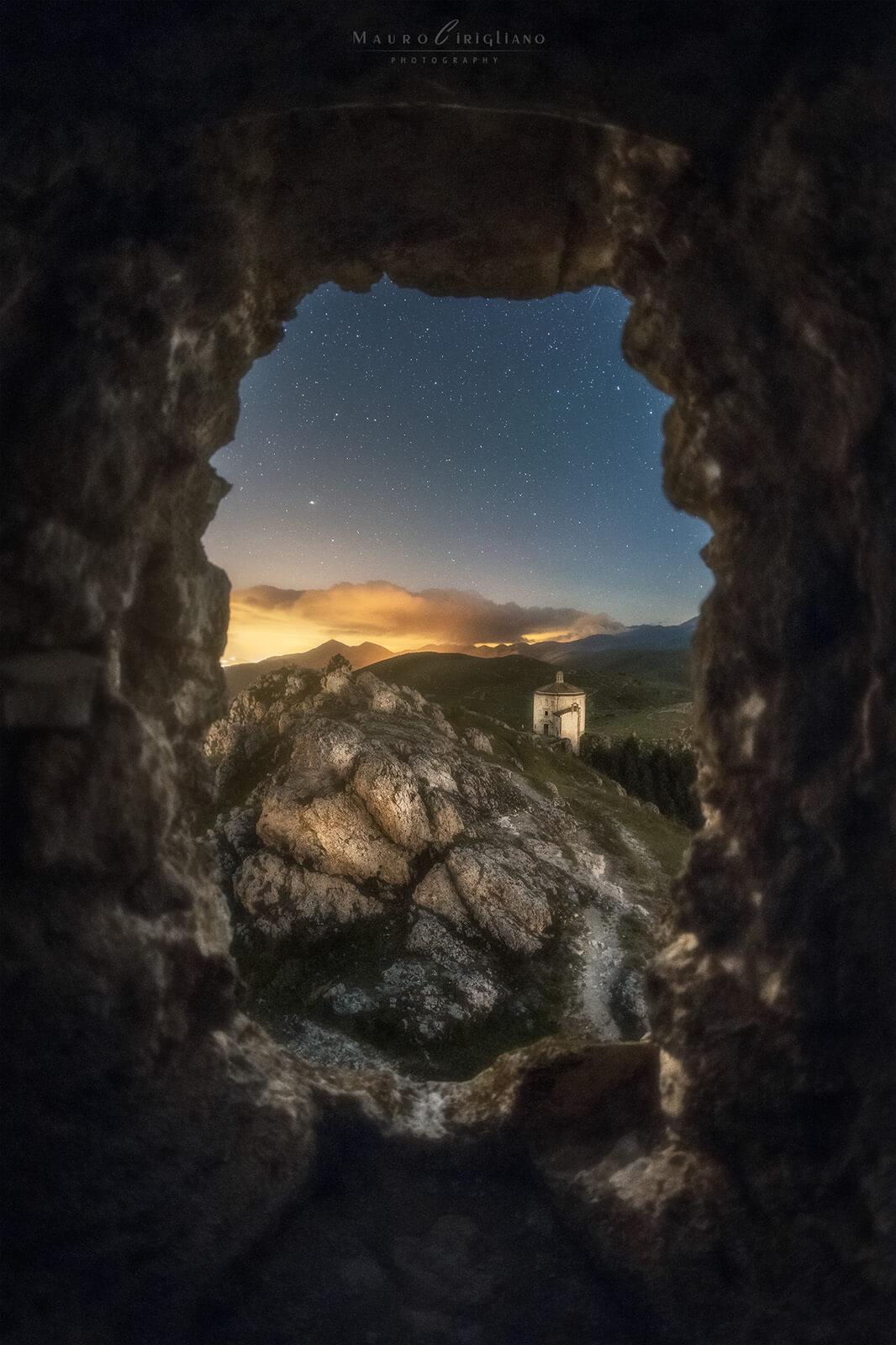 paesaggio notturno incorniciato da pietre