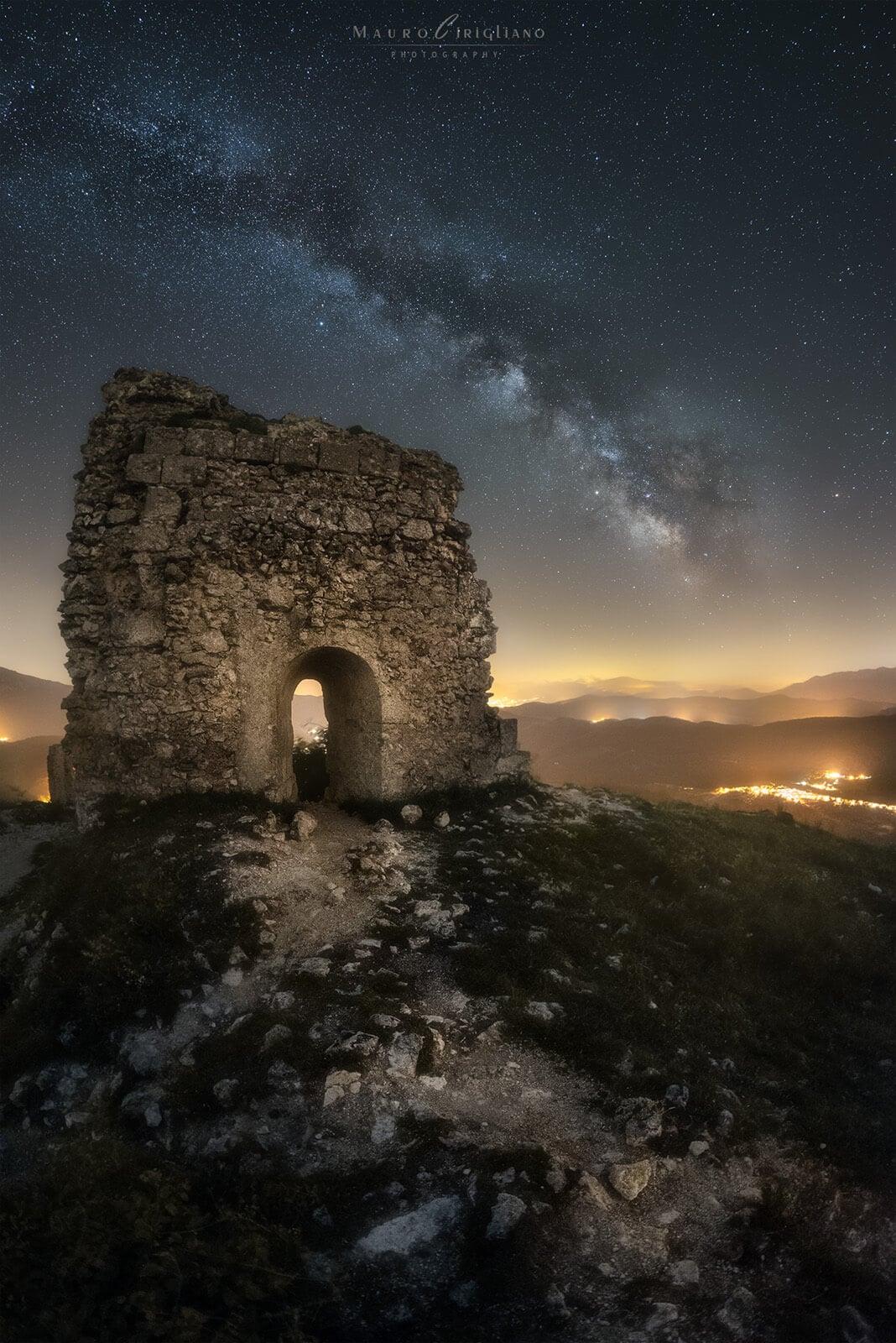 cielo stellato su rovine antiche in pietra
