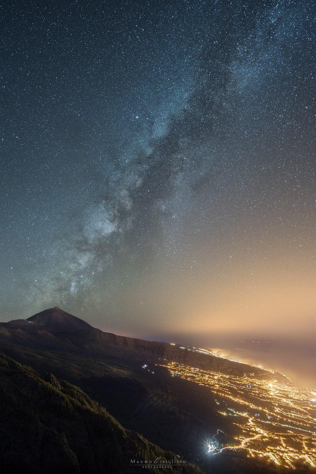 panorama alta quota con luci città e cielo stellato