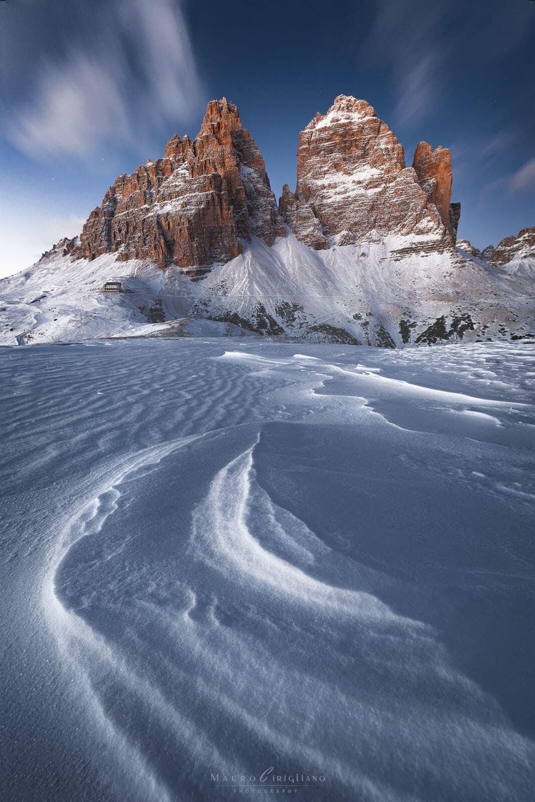 disegni sulla neve con tre cime di lavaredo sullo sfondo
