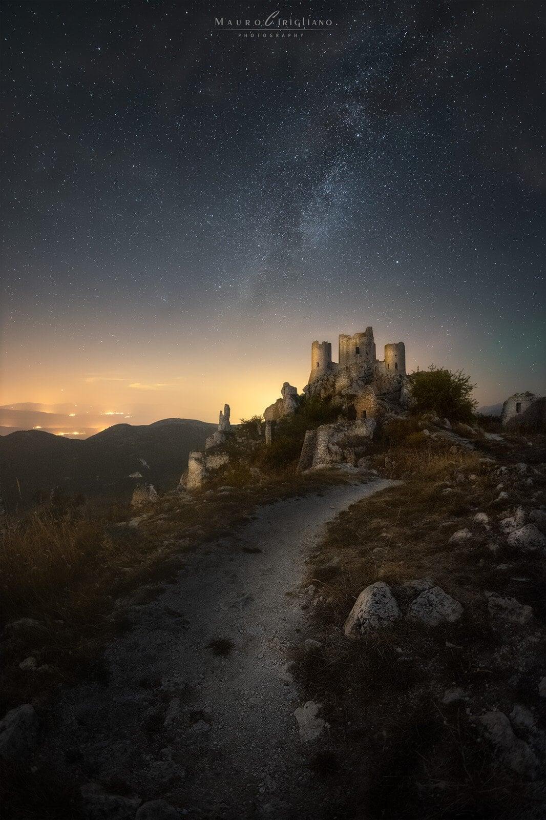 sentiero che porta al castello con via lattea su sfondo