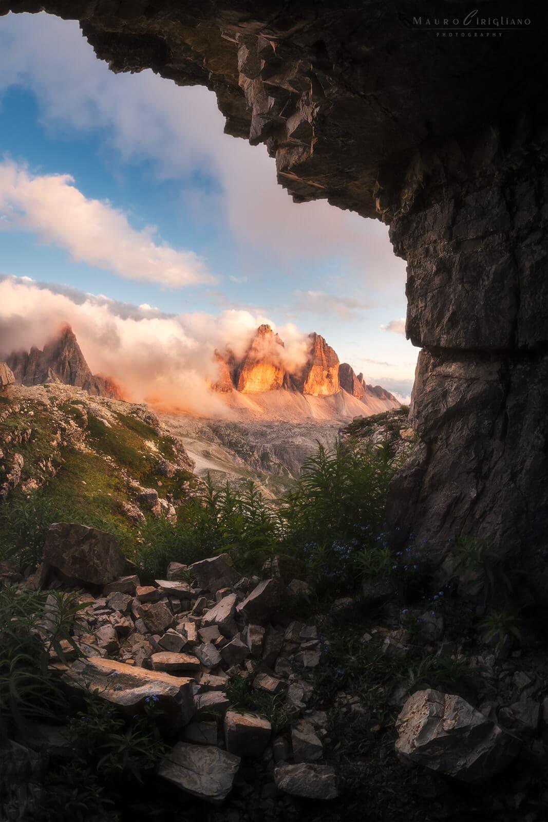 montagna illuminata dal sole riflessa in acqua del lago dones al passo falzarego in dolomiti